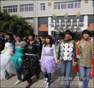 合肥高校举办环保服装设计大赛 废品变婚纱