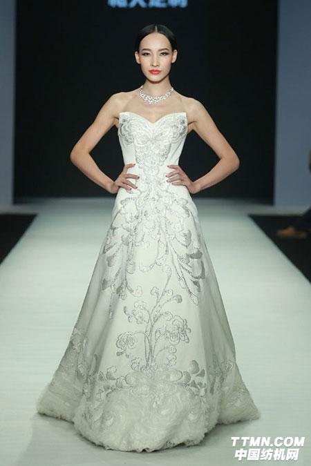 """dhub设计汇是中国服装设计师协会在时装周独立单元""""10 3 showroom"""""""
