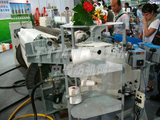 青岛华信纺机集团是中国国内最大的喷射式织布机专业生产厂家,月产量500台以上,工厂技术力量雄厚,全资引进国外各种先进的数控加工中心、CNC设备,完整的开发研究机构,组成强大的生产能力与售与服务的保证。华信纺机集团下设:青岛和佳纺织科技有限公司(中美合资)、青岛矩正科技有限公司(中韩合资)、青岛华信机械有限公司(中资)。 完整的系列化产品:一、HA-3100系列喷气式织布机二、HX-405系列超高速重磅喷水织机三、HX-851系列重磅普通型喷水织机四、喷气织布机电控系统及电子生产线废
